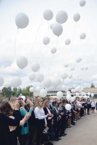 Белые шары и зажженные свечи в память о жертвах террористических актов