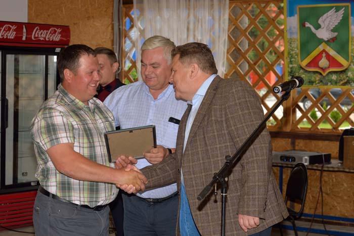 ООО «Фермерское хозяйство А.П. Ялина» награждается дипломом администрации района за высокую культуру земледелия