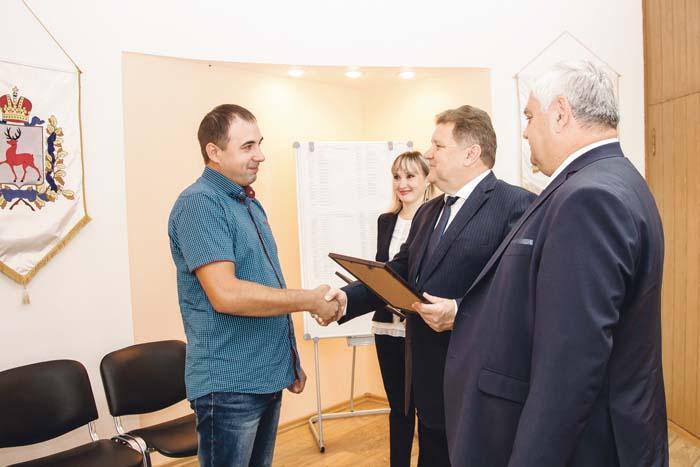 Свидетельство получает Владимир Соколов