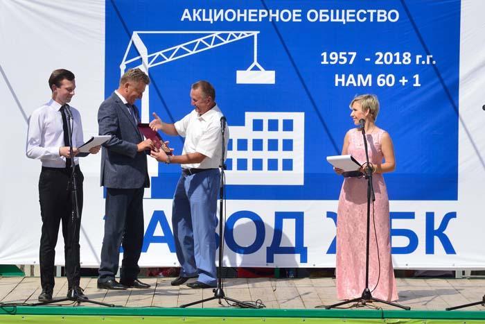 В.Н. Челомин вручает М.В. Рыбину орден «Почетный строитель Нижегородской области»