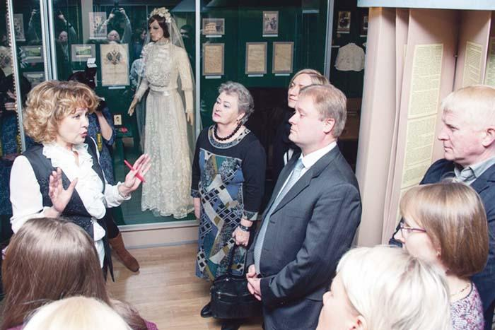 О стремительно напряженной судьбе писателя рассказывает директор литературно-мемориального музея А.П. Гайдара Е.В. Бундакова