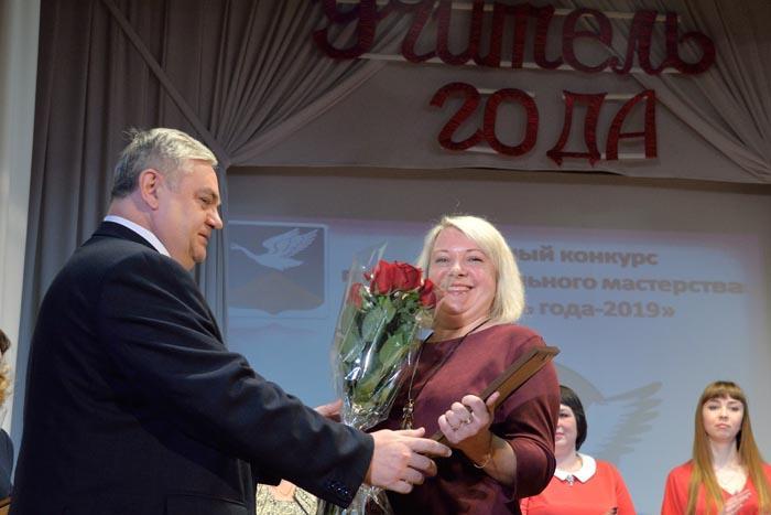 В.П. Миенков вручает диплом участника и цветы учителю начальных классов Красносельской школы Н.Н. Макаровой
