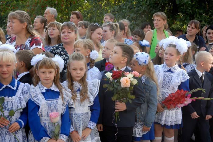 На праздничной линейке в Выездновской школе