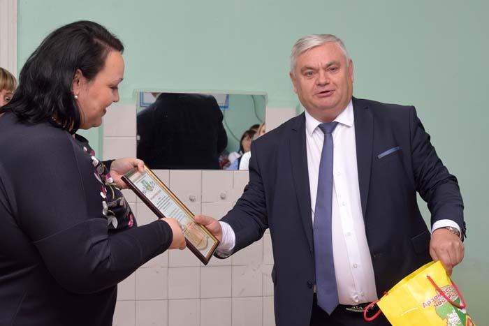 В.П. Миенков вручает Благодарственное письмо Е.В. Учуваткиной