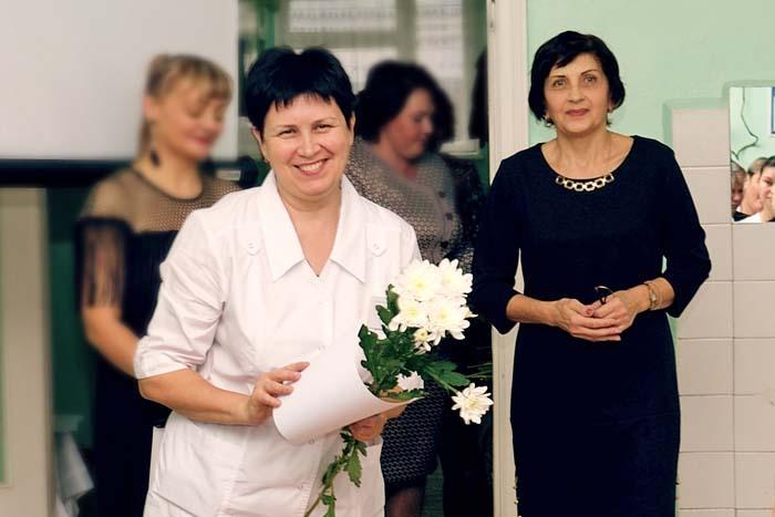 Н.П. Щелина (справа) вручает Благодарственное письмо медсестре Г.П. Плотниковой