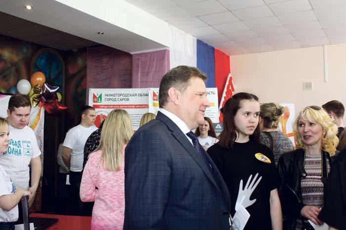 В.И. Демин знакомится с участниками молодежного форума