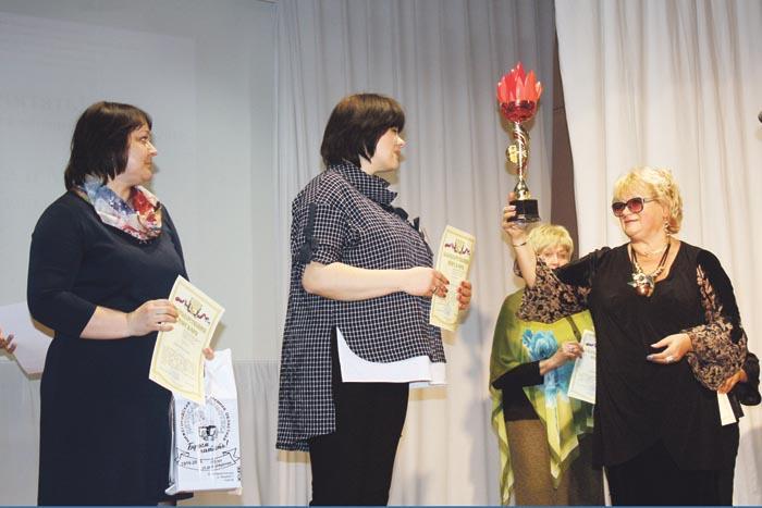Н.И. Бочкарева вручает переходящий кубок директору ЦБС имени И.Н. Сахарова А.В. Лоськовой (в центре) и заведующей районной детской библиотекой Е.Е. Андроновой (слева)