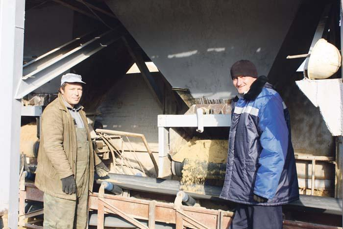 Энергетик А. Григоренко и машинист-погрузчик С. Синицын в канун праздника желают коллегам хорошего настроения