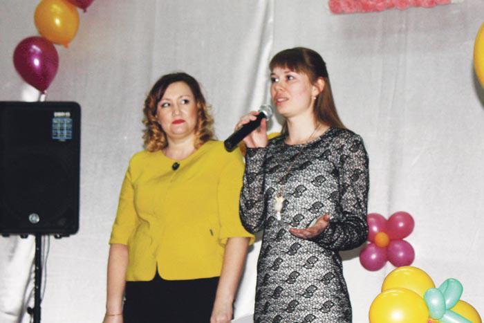 Родную школу поздравляют с юбилеем выпускницы разных лет Ирина Клиндиярова и Маргарита Храбалова