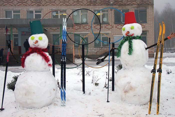 Снеговики-лыжники возле школы в Березовке