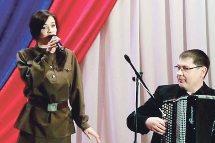 Марина Чухрай исполняет песню «Тальяночка», аккомпанирует Николай Бечин