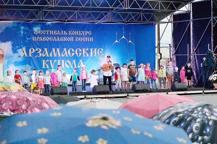 На сцене фестиваля председатель жюри композитор Г. Гладков и юные арзамасцы