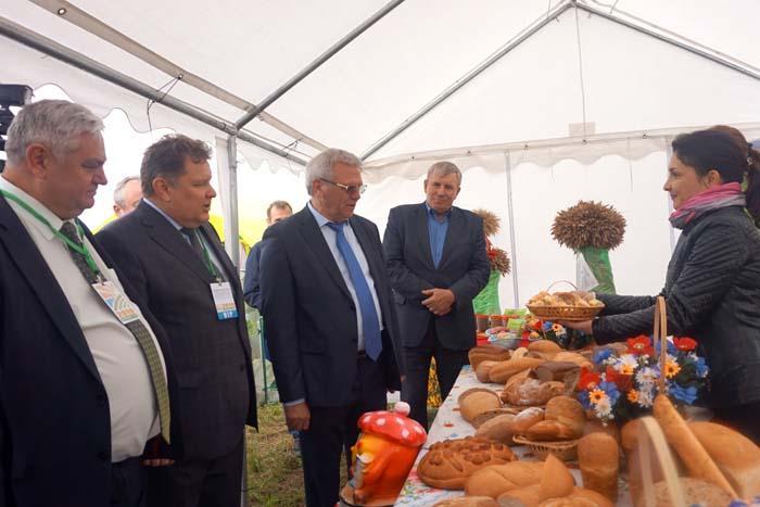 Вице-губернатор Евгений Люлин (в центре) на экспозиции Арзамасского района