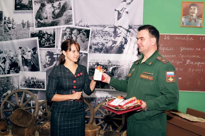 Военком С.А. Семенов передает реликвии Н.Ю. Прощиной