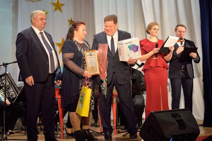 Награду получает Г.В. Капранова из с. Слизнева