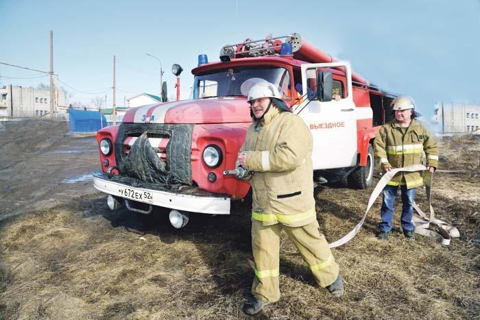 На страже безопасности пожарный А. Ховаев, водитель Ю. Казанцев (МКУ «Пожарная охрана)