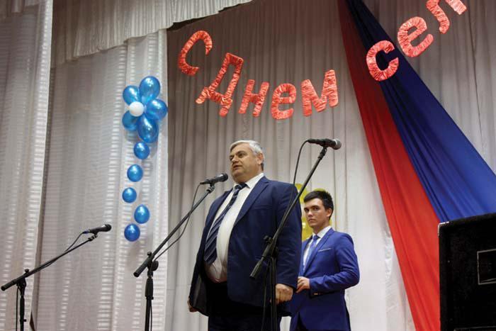 Поздравляет жителей села В.П. Миенков