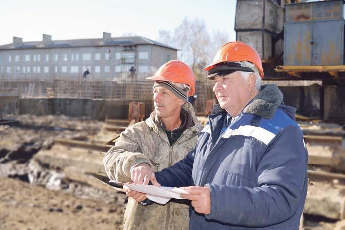 Бетонщик В.В. Мещаков и бригадир Г.П. Ваганов