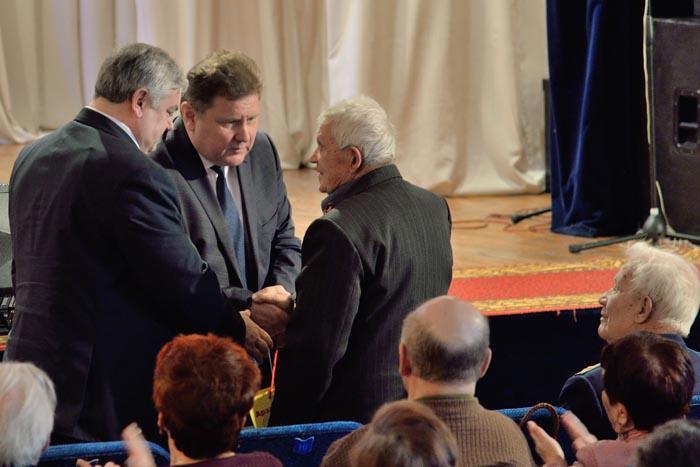 В.П. Миенков и В.И. Дёмин благодарят участника Сталинградской битвы И.С. Нефедьева