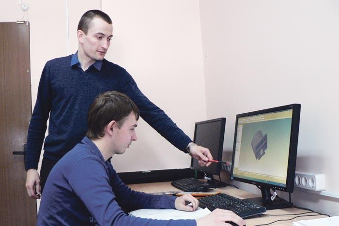 Преподаватель АПИ НГТУ А.В. Курненков учит студентов работе с программным комплексом ANSYS