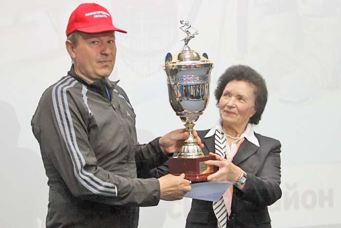 Заместитель главы администрации В.И. Лезова вручает кубок тренеру лучших районных лыжников и полиатлонистов А.А. Зубкову