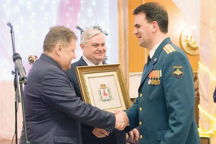 В.И. Демин и В.П. Миенков поздравляют военкома С.А. Семенова с юбилеем военных комиссариатов