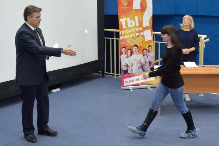 Волонтерские книжки вручает начальник управления спорта и молодежной политики А.Н. Рейно.