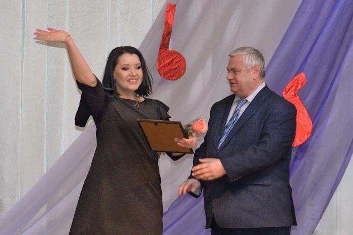 В.П. Миенков вручает Благодарственное письмо администрации района Ольге Беляковой