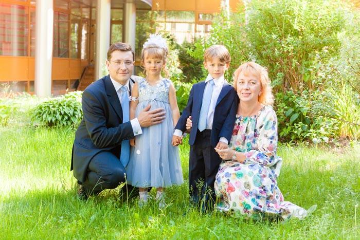 Глеб Никитин с дочерью Ариной, сыном Петром и женой Екатериной