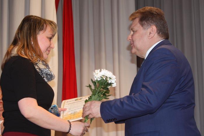 Благодарственные письма вручает глава администрации района В.И. Демин