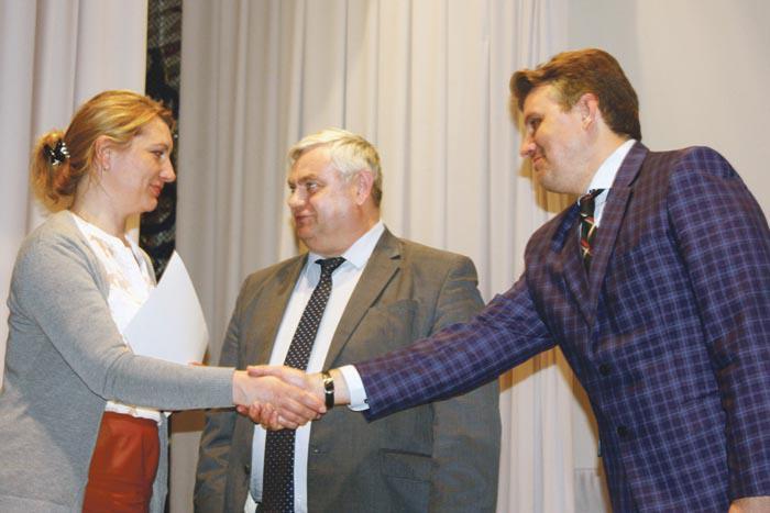 В.П. Миенков и А.Н. Рейно вручают Благодарственное письмо члену родительского комитета Березовского детского сада №33 О.А. Галкиной
