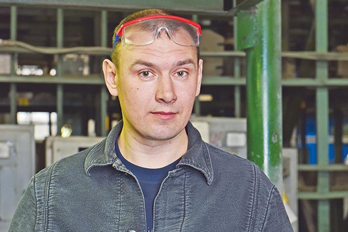 Формовщик ручной формовки цеха №68 АПЗ А. Сергеев