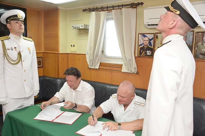 Генеральный директор АО «АПЗ» Олег Лавричев и командир крейсера «Москва» Олег Князев подписывают договор о шефских связях