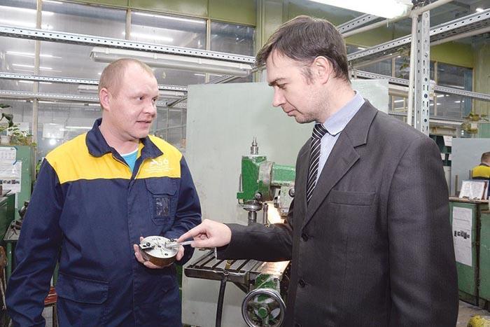 Фрезеровщик Александр Белянин и технолог Андрей Гуров