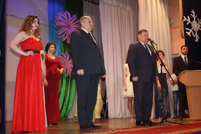 В.П. Миенков и В.И. Дёмин приветствуют участников праздника