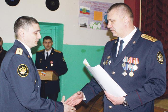 Начальник колонии полковник внутренней службы А. Тюрин вручает Благодарственное письмо инспектору отдела режима капитану Д. Максиму