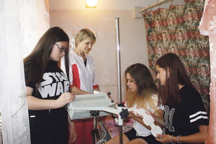 Медсестра Е. Гусева следит за здоровьем подопечных