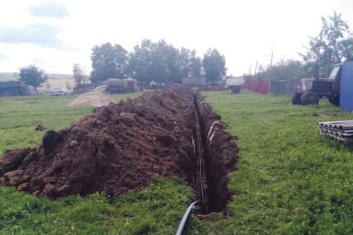 Проложен водопровод по улице Молодежной в Успенском-1 (фото снято на завершающей стадии работ, которые сегодня уже все выполнены, данный участок приведен в соответствующий порядок)
