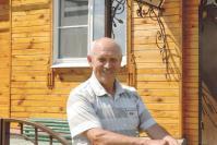 М.Н. Лещев возле своего дома