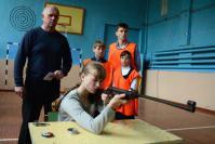 Одно из самых сложных упражнений комлекса – стрельба из пневматического оружия. Десятиклассница Кристина Горячкина (на снимке) справилась с ним отлично. Готовил к сдаче этого норматива и принимал экзамен преподаватель-организатор ОБЖ А.М. Кашаев (стоит слева)