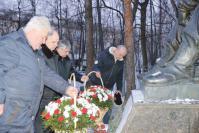 Цветы к памятнику возлагают руководители города и района