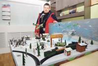 Начальник участка по ремонту теплосетей А. Коробков представил макет