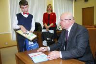 Губернатор подписывает дневник Степану Панкратову