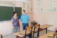 Заведующая хозяйственной частью Абрамовской школы Л.М. Филатова и старший дознаватель ОНД и ПР С.В. Харитонов