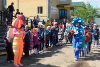На площадке перед Домом культуры детей развлекали веселые клоуны
