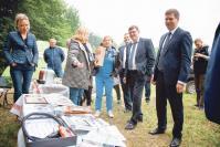 Жюри фестиваля под председательством Андрея Гнеушева (справа) знакомится с экспозицией Арзамасского творческого объединения журналистов