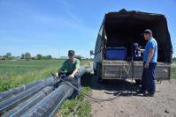 Работы по склейке водопроводных труб проводят сотрудники ООО «СтройАльянс» Н.А. Панов и А.В. Саблуков