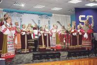 На сцене фольклорные ансамбли «Золотые узоры» и «Родничок»