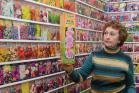 Н.И. Акишина демонстрирует витрину магазина «Семена оптом»
